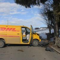 01-02-2014_oberallgau_rubi_dhl-transporter-prallt-gegen-baum_verletzt_liss_new-facts-eu20140201_0002