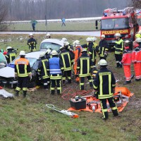 02-02-2014_guenzburg_grundremmingen_unfall_eingeklemmt_ glatteis_obeser_new-facts-eu20140202_0003