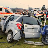 02-02-2014_guenzburg_hairenbuch_unfall_vorfahrt_45-km-h-pkw-foto-weiss_new-facts-eu20140202_0001