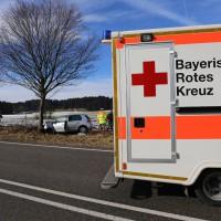 05-02-2014_b12_marktoberdorf_geisenried_unfall_pkw_baum_rettungsdienst_bringezu_new-facts-eu20140205_0012