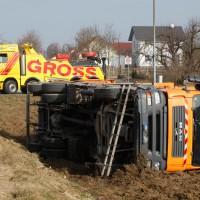 Nellingen - Mülltransporter umgekippt