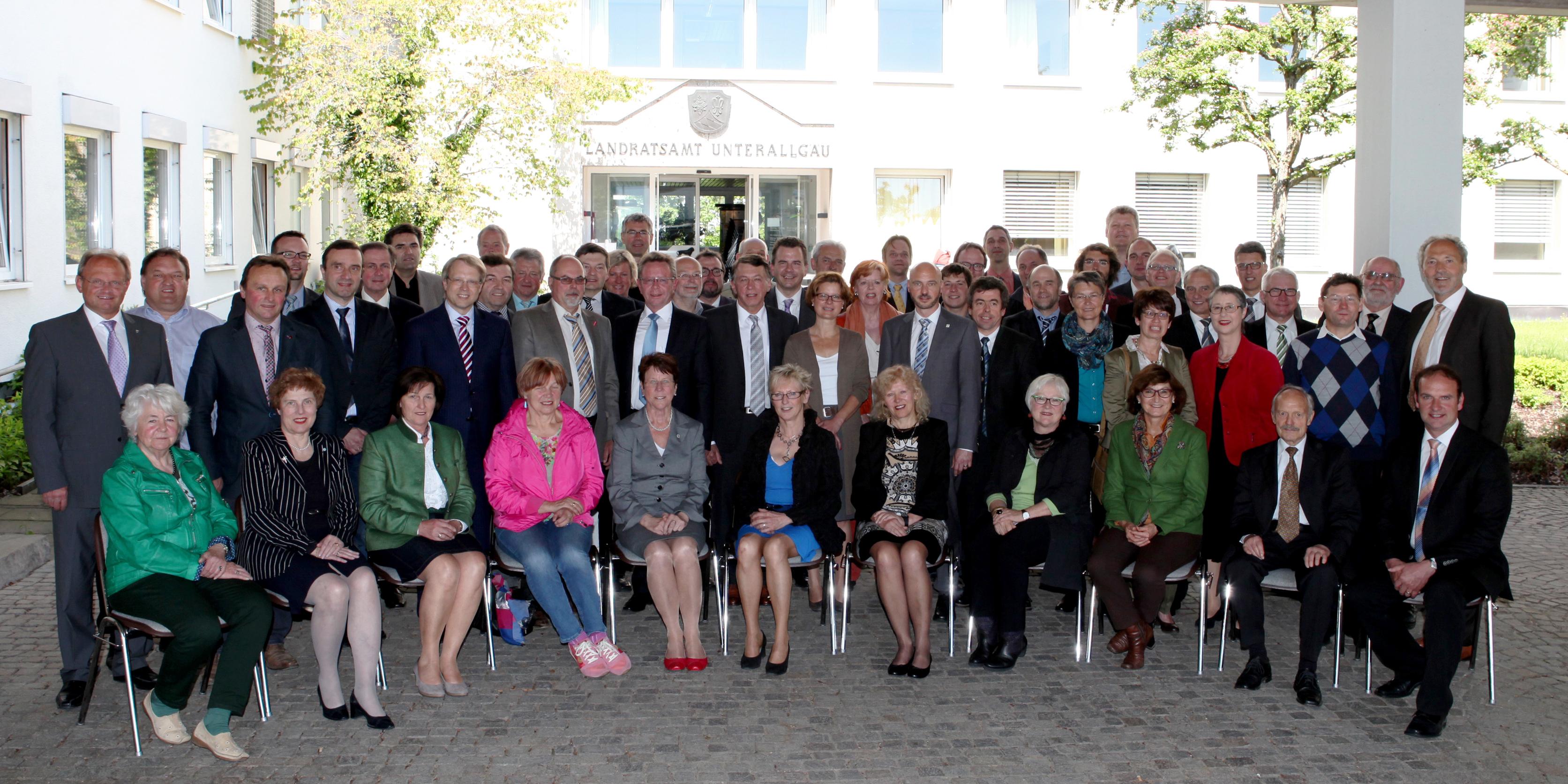 Nach der konstituierenden Sitzung kamen alle Kreisräte und Landrat Hans-Joachim Weirather (zweite Reihe rechts) zu einem Gruppenfoto zusammen. Foto: Landratsamt/Eva Büchele