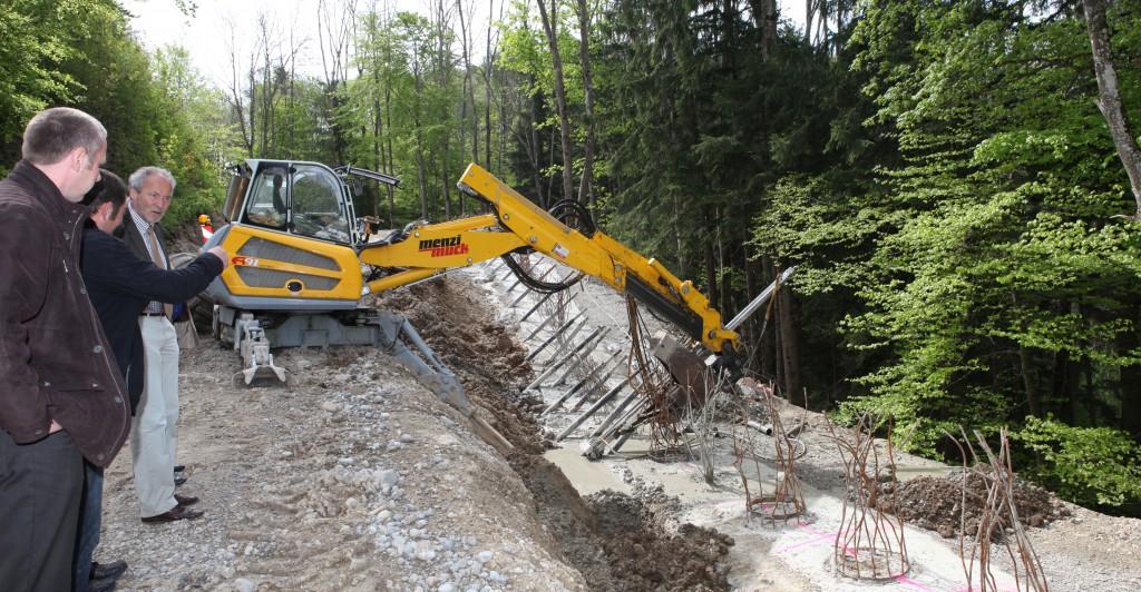Zusammen mit Mitarbeitern des Landratsamtes besichtigte Landrat Hans-Joachim Weirather Tiefbaumaßnahmen im Unterallgäu. Die Wolfertschwender Steige wird in Teilbereichen durch Bohrpfähle gestützt. Die Bohrpfähle sind mit Stahlkören armiert, von denen im Bild noch Teile herausragen.