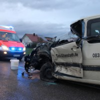Filzingen - Taxi prallt frontal in Silo-Lkw
