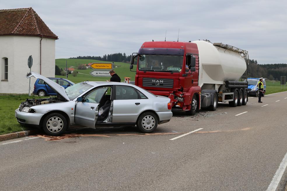 Leutkirch Pkw Kollidiert Mit Lkw Zwei Schwerverletzte