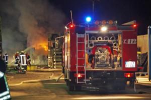 14-02-2014_guenzburg_ellzee_containerbrand_flammen_giftstoffe_feuerwehr_messungen_foto-weiss_new-facts-eu20140214_0003