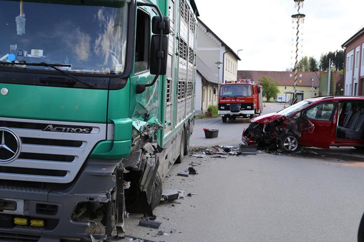 01-05-2014-biberach-berkheim-unfall-pkw-lkw-schweinetransporter-poeppel-new-facts-eu titel