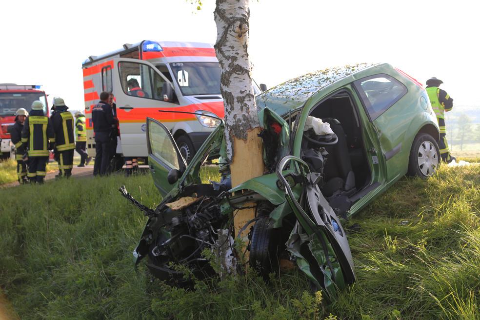 19-05-2014_biberach-achsenhausen-oberstetten_toedlicher-unfall_pkw-baum_poeppel_new-facts-eu_0006