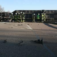 BaWü Laupheim B 30 LKW über Leitplanke - Fahrer unverletzt