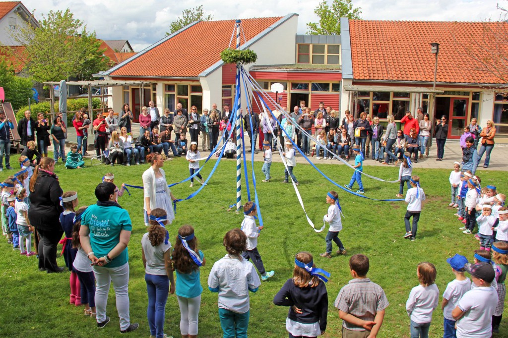 Vor den Augen zahlreicher Gäste tanzen die Kinder um ihren geschmückten Maibaum - Foto: Stadt Memmingen - Eva Häfele