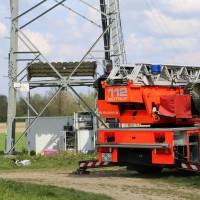 23-04-2014-biberach-kirchberg-hochspannungsleitung-unfall-arbeiter-feuerwehr-poeppel_new-facts-eu_0019