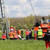 23-04-2014-biberach-kirchberg-hochspannungsleitung-unfall-arbeiter-feuerwehr-poeppel_new-facts-eu_0059