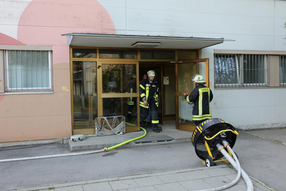 23-05-2014_ostallgaeu_kaufbeuren_schrader-schule_turnhalle_brand_feuerwehr_bringezu_new-facts-eu20140523_0018