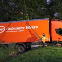 A96-Weißensberg - Lkw kommt von Fahrbahn ab - schwierige Bergung mit zwei Schwerkränen