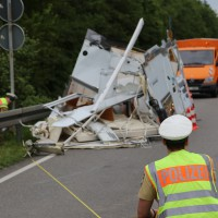 26-05-2014_b308-sigmarszell_lkw-gegen-wohnmobil-truemmerfeld_polizei_poeppel_new-facts-eu20140526_0045