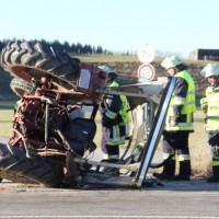 27-12-2013_unterallgau_turkheim_traktor_pkw_unfall_feuerwehr_poeppel_new-facts-eu20131227_0004