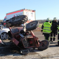 27-12-2013_unterallgau_turkheim_traktor_pkw_unfall_feuerwehr_poeppel_new-facts-eu20131227_0016