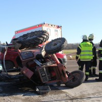 27-12-2013_unterallgau_turkheim_traktor_pkw_unfall_feuerwehr_poeppel_new-facts-eu20131227_0018