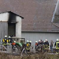 28-12-2013_unterallgau_greimeltshofen_brand_pkw_landwirtschfatliches-anwesen_feuerwehr_wis_new-facts-eu20131228_0001
