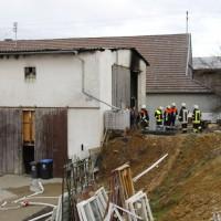28-12-2013_unterallgau_greimeltshofen_brand_pkw_landwirtschfatliches-anwesen_feuerwehr_wis_new-facts-eu20131228_0006