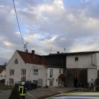 28-12-2013_unterallgau_greimeltshofen_brand_pkw_landwirtschfatliches-anwesen_feuerwehr_wis_new-facts-eu20131228_0011