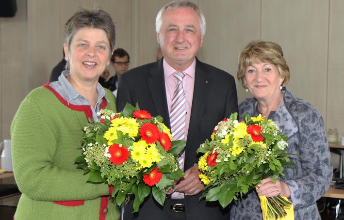 Bezirkstagspräsident Jürgen Reichert zeichnete Barbara Holzmann aus Immenstadt (links) und Ursula Lax aus Füssen (rechts) für ihr ehrenamtliches politisches Engagement im Schwäbischen Bezirkstag seit 1994 mit der Bezirksmedaille aus Foto: Bezirk Schwaben
