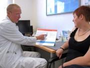 Der Adipositasexperte am Klinikum Memmingen, Dr. Heinz Krautwurst (links), zeigt seiner Patientin Karin Bartenschlager, mit welcher Methode er ihren Magen verkleinert hat. Zu diesem Zeitpunkt hat die 27-Jährige bereits 30 Kilogramm abgenommen.  Foto: Häfele - Klinikum Memmingen