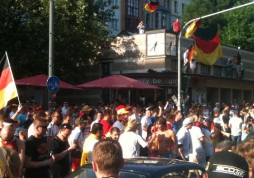 Feiernde Fußballfans, über dts Nachrichtenagentur