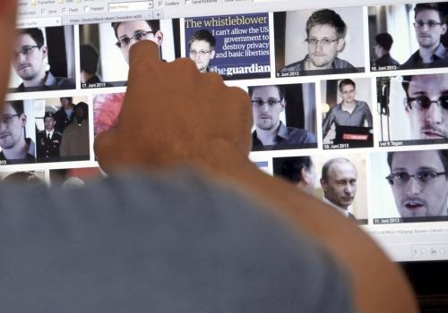 Mediennutzer betrachtet das Ergebnis der Google-Bildersuche zu Edward Snowden, über dts Nachrichtenagentur
