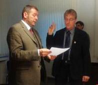 Bei der konstituierenden Sitzung des Gemeinderates Memmingerberg hat der 1. Bürgermeister Alwin Lichtensteiger (links) die neuen Ratsmitglieder und auch den neuen 2. Bürgermeister Thomas Haug (rechts)  vereidigt.