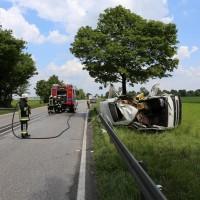 03-06-2014_b12-germaringen-pkw-transporter-unfall-baum-feuerwehr-bringezu_new-facts-eu_001