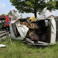 03-06-2014_b12-germaringen-pkw-transporter-unfall-baum-feuerwehr-bringezu_new-facts-eu_003