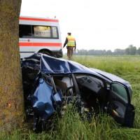 04-06-2014-unterallgaeu-benningen-hawangen-moosbacherkreuzung-unfall-pkw-baum-rettungsdienst-poeppel-new-facts-eu20140604_0001