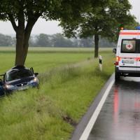 04-06-2014-unterallgaeu-benningen-hawangen-moosbacherkreuzung-unfall-pkw-baum-rettungsdienst-poeppel-new-facts-eu20140604_0002
