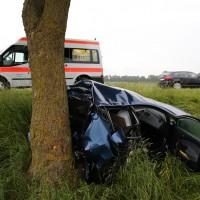 04-06-2014-unterallgaeu-benningen-hawangen-moosbacherkreuzung-unfall-pkw-baum-rettungsdienst-poeppel-new-facts-eu20140604_0005
