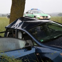 04-06-2014-unterallgaeu-benningen-hawangen-moosbacherkreuzung-unfall-pkw-baum-rettungsdienst-poeppel-new-facts-eu20140604_0008
