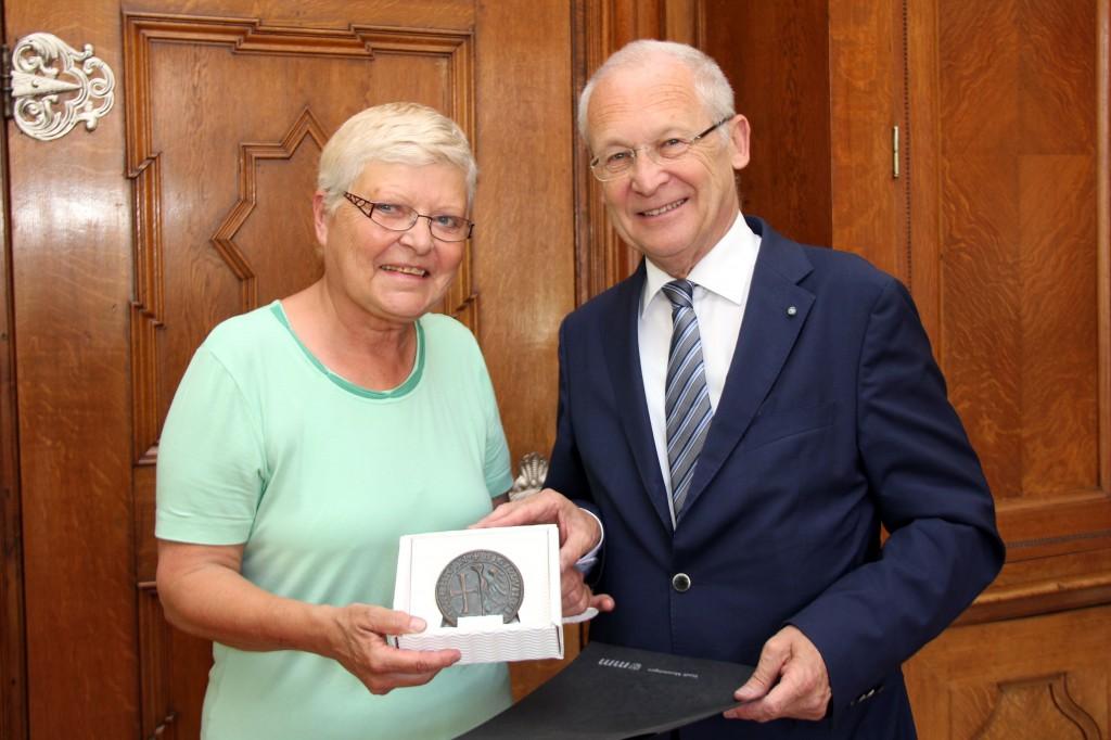Für ihre 30-jährige Stadtratszugehörigkeit ist Christiane Wilhelm von Memmingens Oberbürgermeister Dr. Ivo Holzinger mit dem Stadtsiegel ausgezeichnet worden. Foto: Eva Häfele/Pressestelle Stadt Memmingen