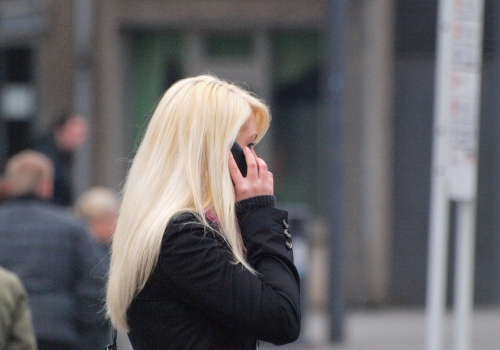 Blonde Frau mit Telefon, über dts Nachrichtenagentur