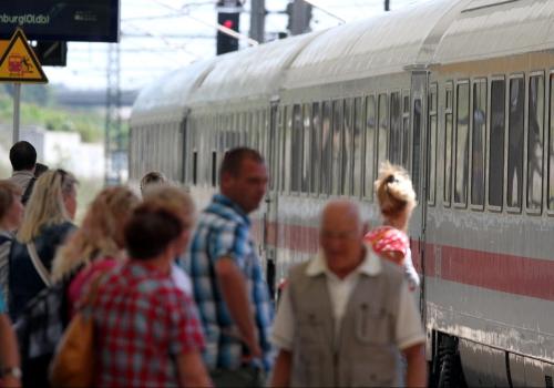 Reisende am Bahnhof, über dts Nachrichtenagentur