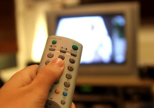 Fernsehzuschauer mit einer Fernbedienung, über dts Nachrichtenagentur