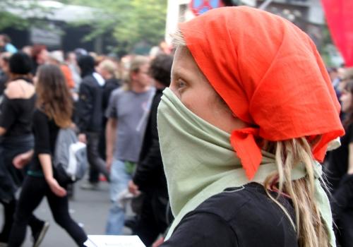 Vermummte Demonstrantin, über dts Nachrichtenagentur