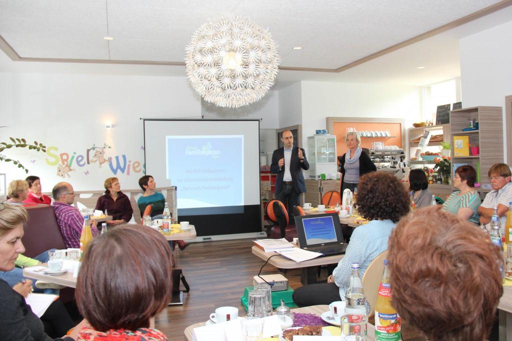 Jugendamtsleiter Jörg Haldenmayr und Diplom-Sozialpädagogin Ursula Karst begrüßen die Teilnehmer des Netzwerktreffens - Foto: Pressestelle Stadt Memmingen