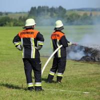 19-07-2014-ostallgaeu-immenhofen-brand-strohballen-anhaenger-feuerwehr-bringezu-new-facts-eu20140719_0009