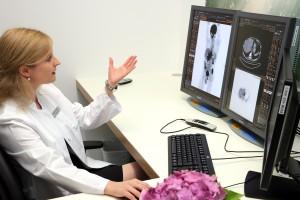 Oberärztin Dr. Julia Dinges deutet das Bild eines Tumorpatienten, der mit Hilfe des neuen Positronen-Emissions-Tomographen am Klinikum Memmingen untersucht wurde.