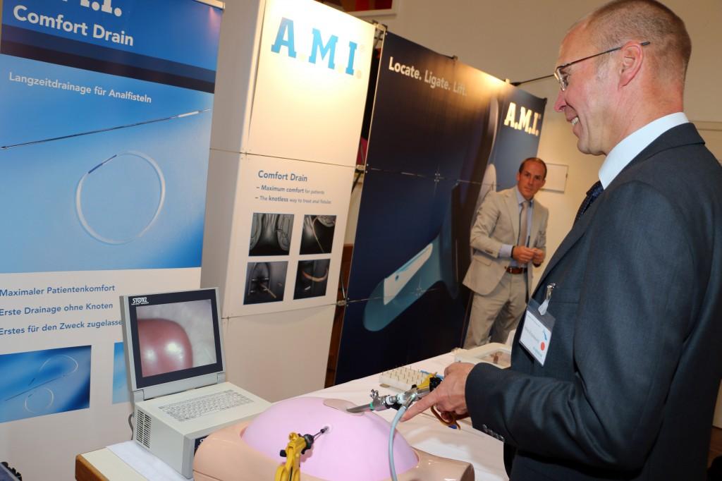 Oberarzt Dr. Heinz Krautwurst vom Klinikum Memmingen testet beim Kongress neue Geräte, mit denen laparoskopische Operationen, also Eingriffe mit kleinen Schnitten (Knopfloch-Technik), durchgeführt werden können.