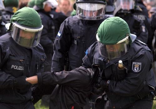 Polizisten führen eine Festnahme durch, über dts Nachrichtenagentur