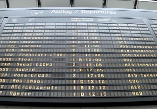Ankunfts- und Abflugstafel an einem Flughafen, über dts Nachrichtenagentur