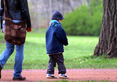 Mutter mit Kleinkind, über dts Nachrichtenagentur