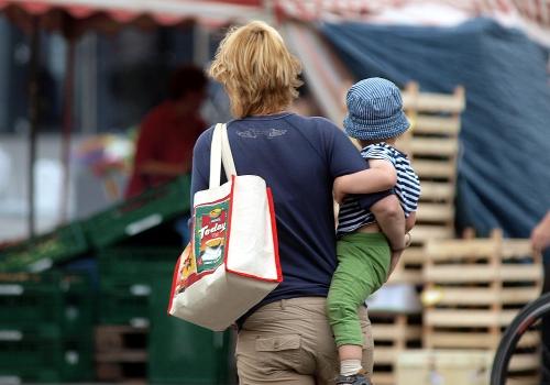 Frau mit Kind, über dts Nachrichtenagentur
