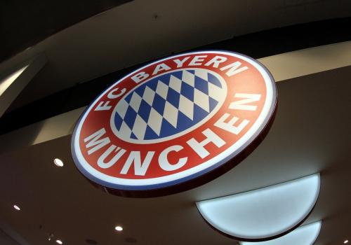 Logo des FC Bayern München in einem Fanshop, über dts Nachrichtenagentur